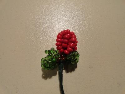 ягодка из бисера